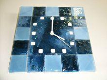 Čtvercové fusingové skleněné nástěnné hodiny modré české ruční výroby