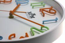 Designové nástěnné hodiny pro děti s barevnými číslicemi..0133