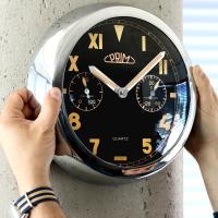 Kovové hodiny PRIM s netradičním ciferníkem svítící ve tmě, s teploměrem a vlhkoměrem..0165