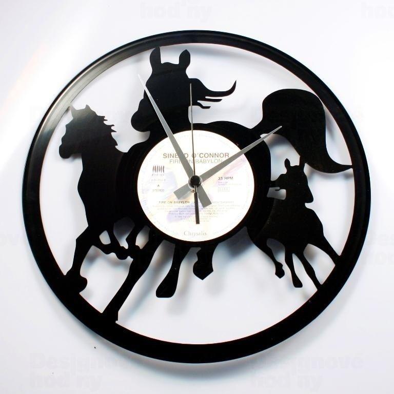 Moderní a originální designové hodiny z vinylové desky Discoclock 074 s motivem Divocí koně